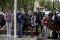 44 Leggen van bloemen door jeugd (Foto Wim Roelsma)