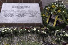 52 Oorlogsmonument met krans en bloemen (Foto Wim Roelsma)