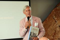 2019-06-30 Presentatie boek Meerwijk in kasteeltje Meerwijk (24) Uitreiking presentie exemplaren aan van Rappart en Thije-Hannes