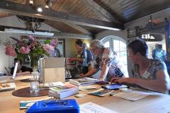 2019-06-30 Presentatie boek Meerwijk in kasteeltje Meerwijk (35) Uitdelen boek aan voor-inschrijvers